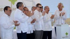 Danilo Medina junto a funcionarios del Gobierno  e  inversionistas.  CAROLINA FERNÁNDEZ