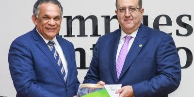 Magín Díaz entrega carta  a Ventura Camejo.  fuente extera