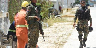 Miembros de la PN y agentes del Grupo de Acción Rápida  vigilaban la planta . Alberto Calvo