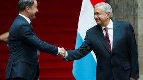 Andrés Manuel López Obrador y el primer ministro de Luxemburgo, Xavier Bettel. efe