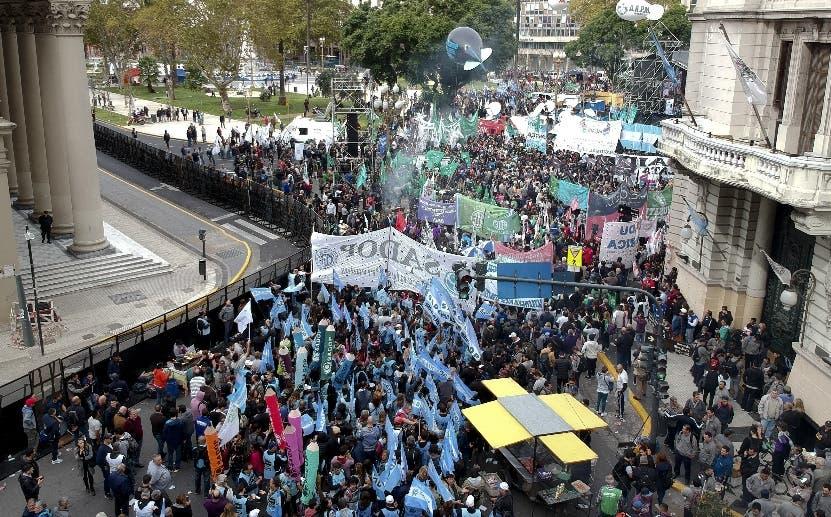 Sindicalistas  plantean mantenerse protestando en las calles.