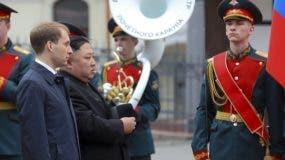 Kim Jong-un fue recibido con honores militares .  AP