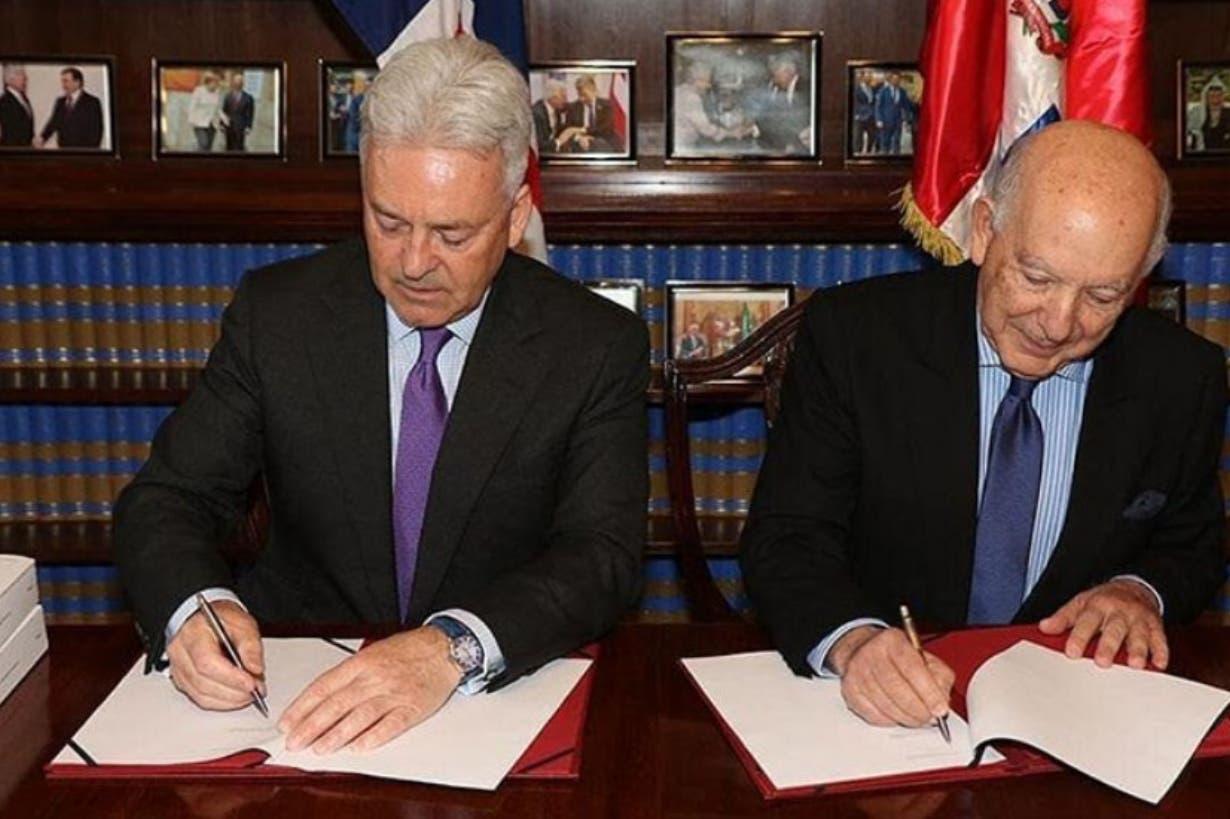 Hugo Guiliani  y Alan Duncan firman el  acuerdo   antes de la entrada del Brexit .  Fuente Externa