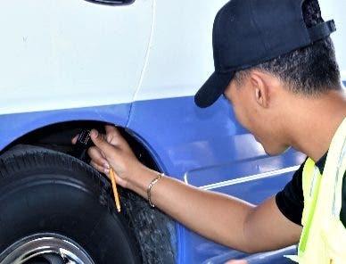 Técnico del Intrant supervisa neumático.fuente externa