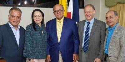 José Silié Ruiz, al centro, junto a especialistas del Colegio Médico.