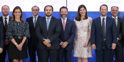 Ejecutivos de la empresa y empresarios durante el encuentro.