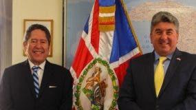 Fernando González Nicolás y el embajador Chris Campbell.