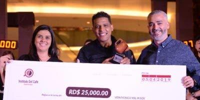 Grethel Fernández, Carlos Sánchez y Omar Rodríguez,  durante la final de la competencia.