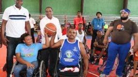 Danilo Díaz junto a Soterio Ramírez, realiza saque de honor previo al torneo  básket inclusivo del evento.  CARLOS ALONZO