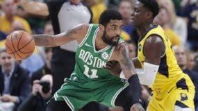 Kyrie Irving es  defendido por Darren Collison durante el partido de ayer en el que Boston completó barrida a Indiana. AP