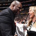 Magic Johnson saluda a la dueña de los Lakers Jeanie  Buss .  Ap
