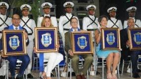 Los cinco ex atletas del Club Naco, que pasaron a la inmortalidad de esa instituc ión el pasado sábado.
