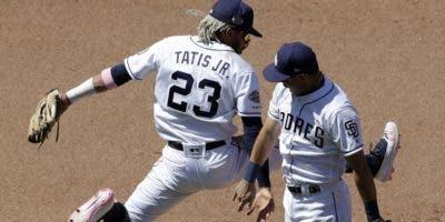 Fernando Tatis Jr. e Ian Kinsler celebran por el triunfo.  AP