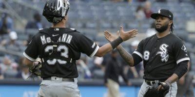 El dominicano Alex Colomé es saludado por el catcher James McCann, luego de  salvar.  AP