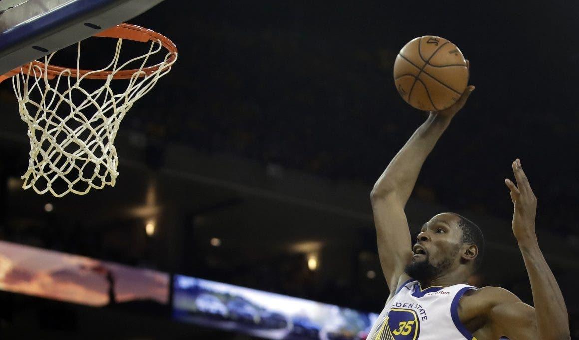 Kevin Durant ejecuta un fuerte donqueo durante el cuarto partido de la serie.  AP