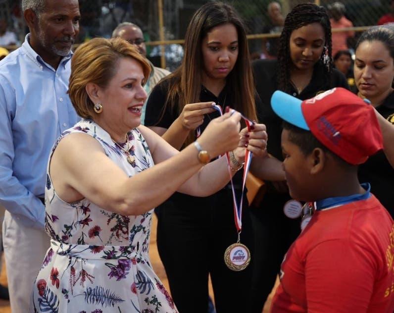 Lucía Medina, hermana del Presidente, premia a un niño.