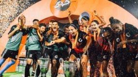 Jugadores de los   equipos campeones celebran  el triunfo  .  FUENTE EXTERNA
