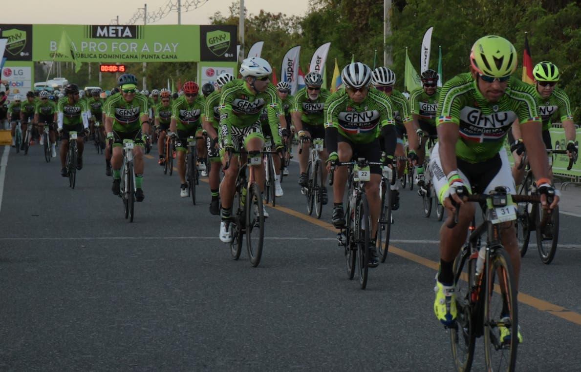 Pelotón de ciclistas participantes durante la ruta cubierta en Punta Cana.    fuente externa