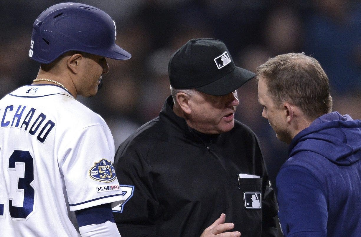 El árbitro Bill Welke le explica la interferencia al dirigente Andy Green. Machado observa.  ap