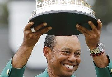 Tiger Woods refresa a la cima del golf mundial.Ap
