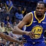 Kevin Durant es uno de los grandes astros de los Warriors que van tras otra corona.  AP