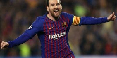 Lionel Messi  recorre la cancha celebrando luego de anotar dos goles para el Barcelona.  Ap