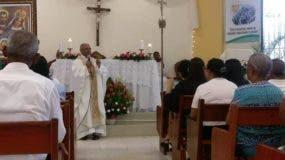 Domingo Vásquez mientras oficiaba una misa.