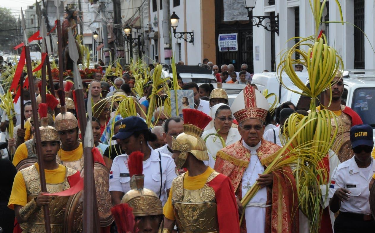 El arzobispo metropolitano de Santo Domingo, Francisco Ozoria, encabeza procesión.  Nicolas  Monegro