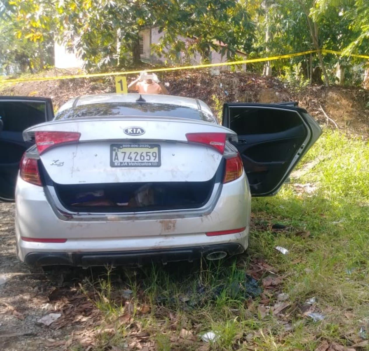 El vehículo en el que fueron halladas las víctimas permanece en poder de las autoridades.