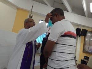 El sacerdote imponía cenizas durante el incio de la Cuaresma, el Miércoles de Ceniza.
