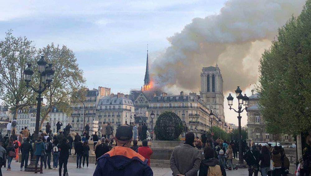 Un gran despliegue de bomberos trata de controlar las llamas, que salen sobre todo de la aguja central del templo, que es visitado por miles de personas cada día.