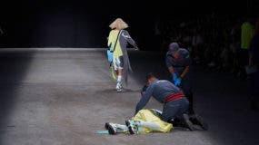 Modelo sufre caída durante desfile de la marca Ocksa. Sao Paulo, Brasil, 27 de abril de 2019. Edu Alpendre / www.globallookpress.com