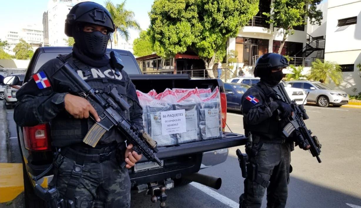 Agentes de la DNCD custodian el alijo de cocaína decomisado ayer. fuente externa