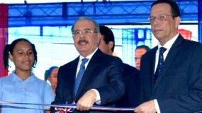 Danilo Medina corta cinta.