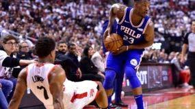 El escolta Jimmy Butler (23) de los Philadelphia 76ers parece pasar cuando el escolta de los Toronto Raptors Kyle Lowry (7) cae mientras se defiende durante la primera ronda, la segunda ronda de los playoffs de baloncesto de la NBA en Toronto, el lunes 29 de abril de 2019. (Frank Gunn / The Prensa canadiense vía AP)