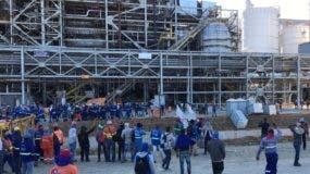 Empleados durante el amotinamiento dentro de Punta Catalina, donde se produjo la protesta.  AGENCIA FOTO
