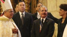 Francisco Ozoria, arzobispo de Santo Domingo,  conversa con Danilo Medina y esposa. archivo