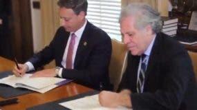 Jean Alain Rodríguez y Luis Almagro  firman convenio.