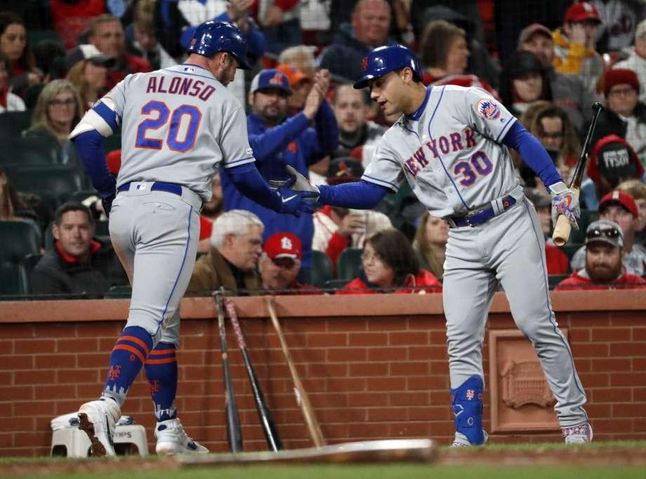 El toletero d elos Mets de Nueva York Pete Alonso (20) es felicitado por Michael Conforto (30) tras batear un jonrón solitario en el sexto inning de un partido de las mayores contra los Cardenales de San Luis el viernes, 19 de abril del 2019. (AP Foto/Jeff Roberson)