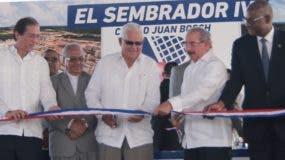 Danilo Medina durante el corte de cinta.  ELIESER TAPIA
