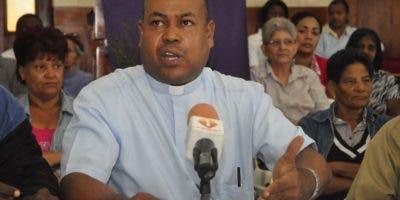 El padre José Luis Hernández encabeza los reclamos.
