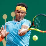 Rafael Nadal de España devuelve el balón a Fabio Fognini de Italia durante su partido semifinal del torneo Monte Carlo Tennis Masters en Mónaco, el sábado 20 de abril de 2019. (Foto AP / Claude Paris)