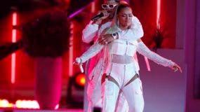 Anuel AA, a la izquierda, y Karol G cantan juntos en la ceremonia de los Premios Billboard de la Música Latina el jueves 25 de abril del 2019 en Las Vegas. (Foto por Eric Jamison/Invision/AP)