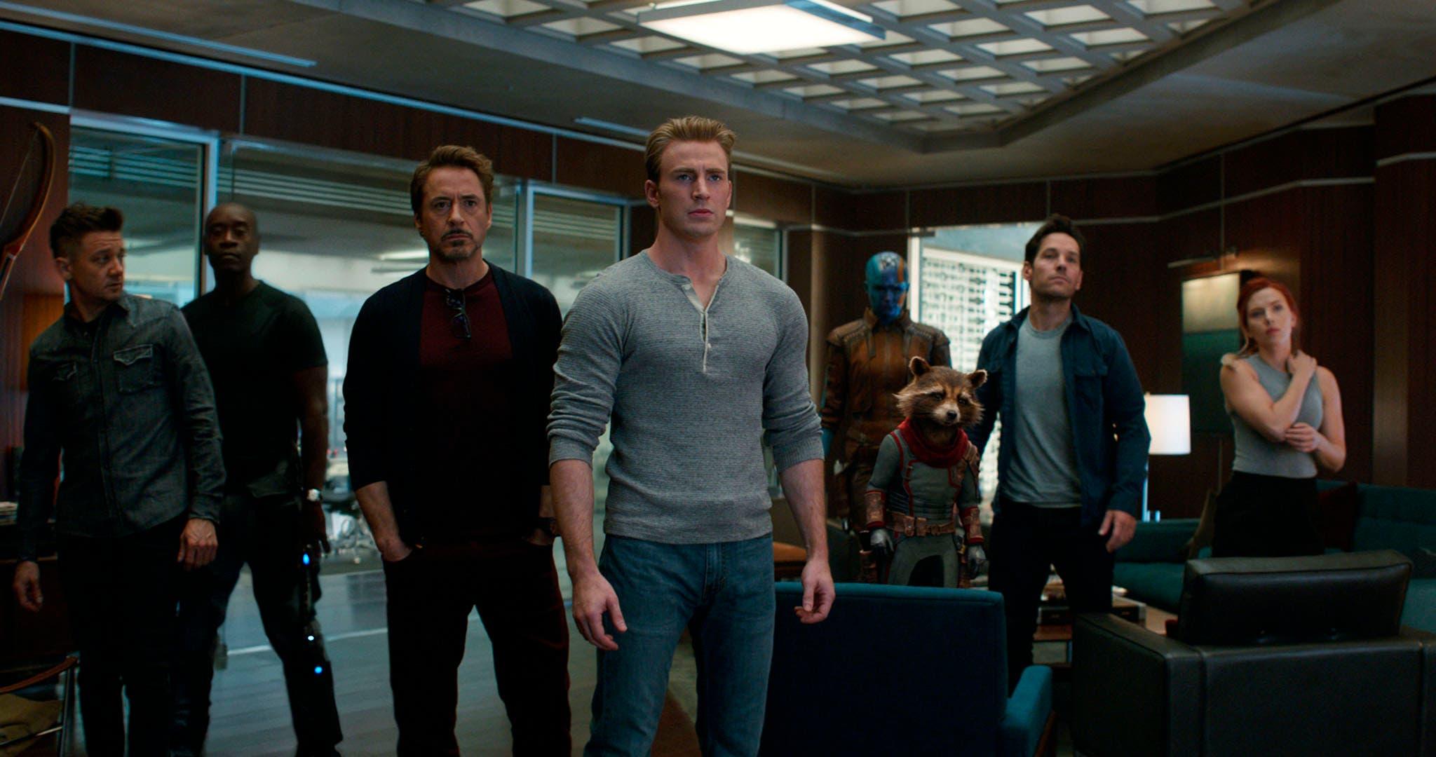 """Esta imagen lanzada por Disney muestra, de izquierda a derecha, Jeremy Renner, Don Cheadle, Robert Downey Jr., Chris Evans, Karen Gillan, el personaje de Rocket, con la voz de Bradley Cooper, Paul Rudd y Scarlett Johansson en una escena de """"Avengers: Endgame. """" (Disney / Marvel Studios vía AP)"""