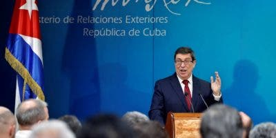 """El ministro cubano de Exteriores, Bruno Rodríguez, ofrece este jueves una rueda de prensa, en La Habana (Cuba). El Gobierno cubano apeló este jueves a la comunidad internacional para """"detener la insensatez y la irresponsabilidad"""" de las nuevas sanciones que le ha impuesto Estados Unidos. EFE/Ernesto Mastrascusa."""