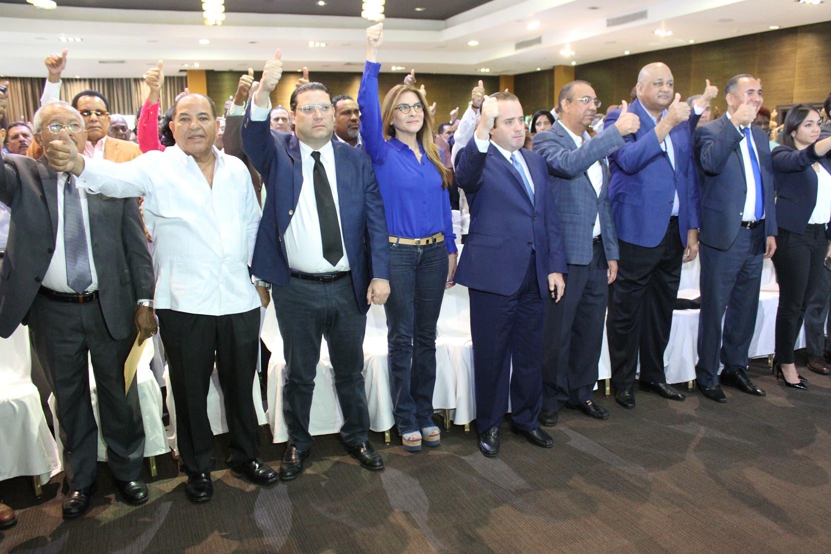José Ignacio Paliza y Carolina Mejía, presidente y secretaria general respectivamente, junto a otros dirigentes del PRM que participaron en la reunión.