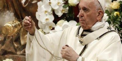 El Papa Francisco dirige la misa de la Vigilia Pascual en la Basílica de San Pedro en la Ciudad del Vaticano, 20 de abril de 2019. Cristianos de todo el mundo están celebrando la Semana Santa, conmemorando La crucifixión de Jesucristo, que conduce a su resurrección en la Pascua. (Papa) EFE