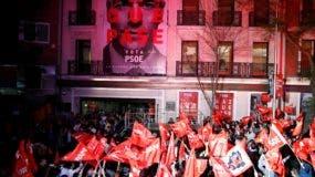 Vista del exterior de la sede del PSOE, donde se celebran los resultados electorales de este domingo. EFE/Javier López