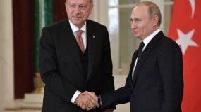 El presidente turco, Recep Tayyip Erdogan (i), y su homólogo ruso, Vladímir Putin (d), ofrecen una rueda de prensa tras una reunión de alto nivel celebrada este lunes en el Kremlin, en Moscú (Rusia).