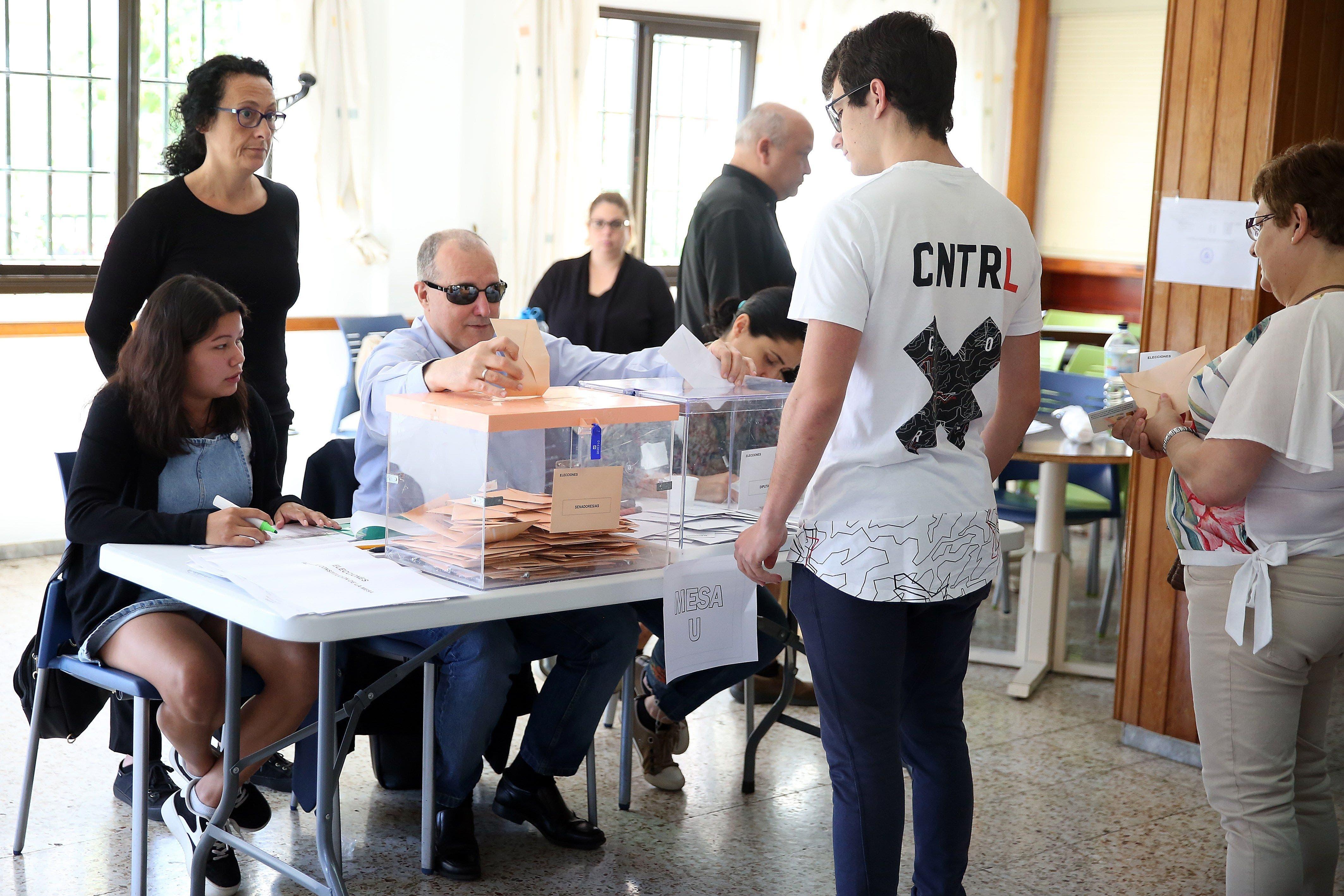 Una España dividida vota en las elecciones generales
